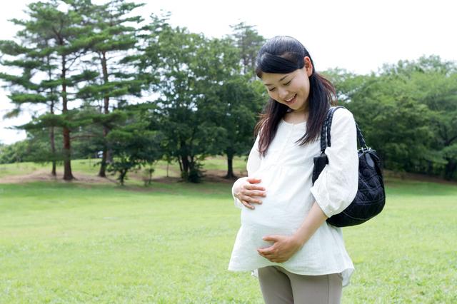公園を散歩する妊婦,妊娠,お腹の張り,