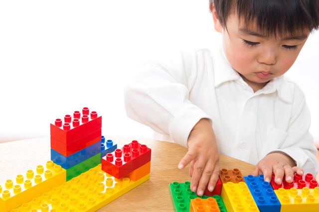 レゴで遊ぶ男の子,レゴ,ブロック,
