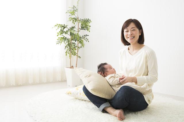 笑顔で赤ちゃんを抱く母親,新生児,寝ない,対策