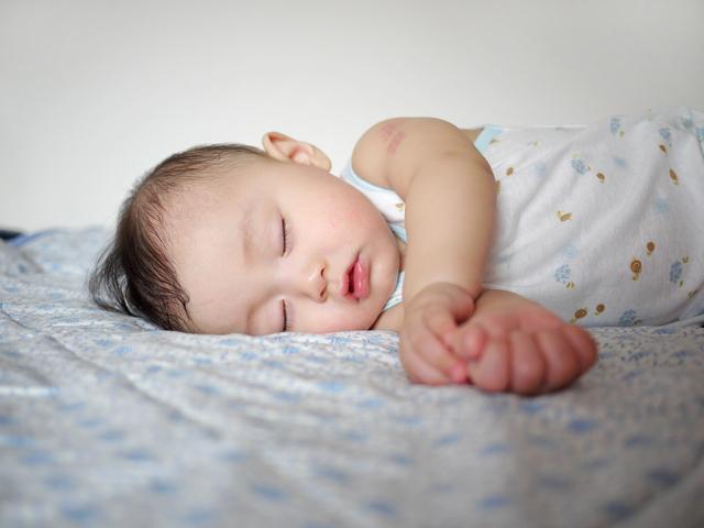 汗をかいて寝る赤ちゃん,新生児,寝ない,対策