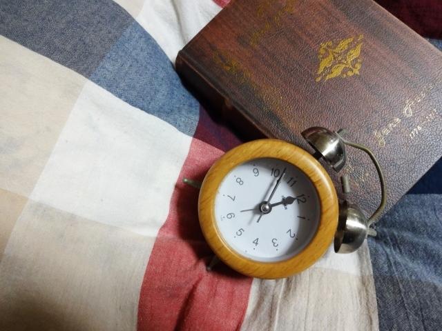 ベッドと時計の写真,妊娠中期,腹痛,