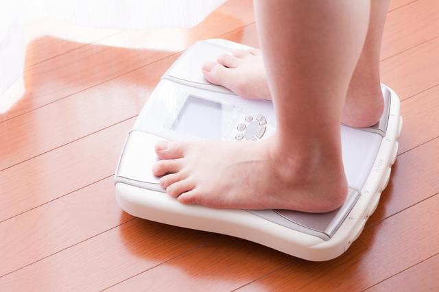 体重計女性足,妊娠,3ヶ月,