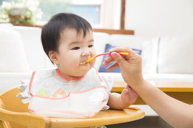 食べている赤ちゃん,赤ちゃん,歯固め,