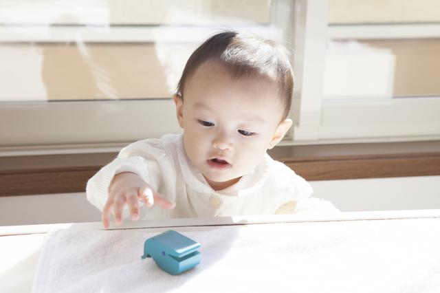 おもちゃにさわる赤ちゃん,生後,11ヶ月,