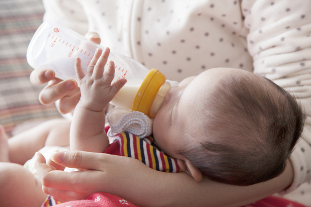 ミルクを飲む赤ちゃん,断乳,いつ,体験談