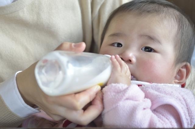 哺乳瓶で飲む赤ちゃん,断乳,いつ,体験談