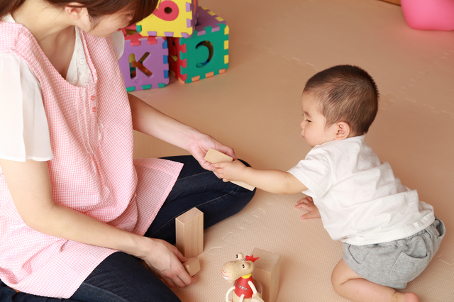 保育士さんと遊ぶ赤ちゃん,断乳,いつ,体験談