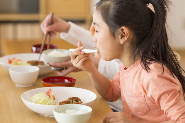 お箸で食べる子ども,食事マナー,