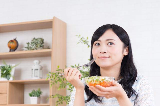 食事をする女性,妊娠中,下痢,