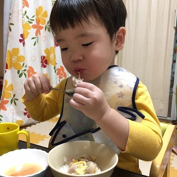 男の子が離乳食を食べているところ,コズレ,プレゼント,当選