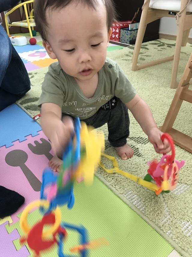 アンパンマンのひも通しで遊んでいる赤ちゃん,コズレ,プレゼント,当選