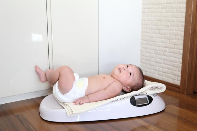 体重計に乗る赤ちゃん,おむつ,いつまで,