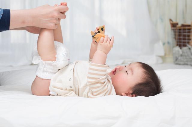 おむつ替えをする赤ちゃん,おむつ,いつまで,