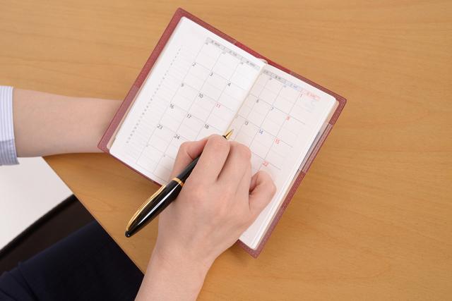 女性とカレンダー,育休中,妊娠,