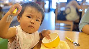 1歳児のママからの相談:「食事中飽きずに最後まで食べさせる方法を教えてください」,