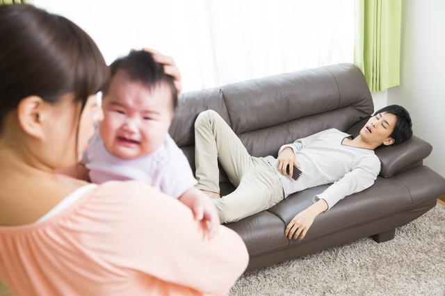 赤ちゃんをお世話するママと寝るパパ,出産後,セックス,