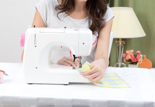 縫物をする女性,赤ちゃん,ガーゼ,