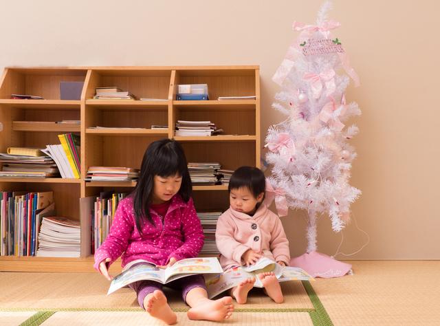 クリスマスに絵本を読む子ども,クリスマス,絵本,