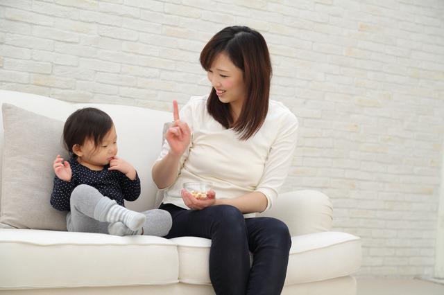 赤ちゃんに話しをするママ,赤ちゃん,お菓子,
