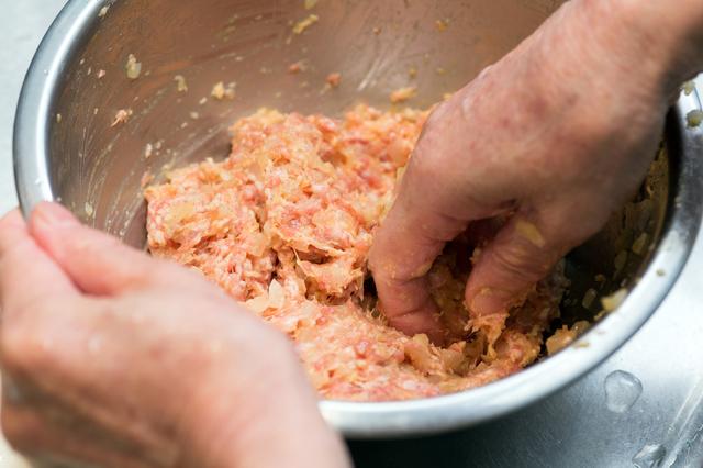 ボウルに材料を入れて混ぜる,お弁当,ハンバーグ,