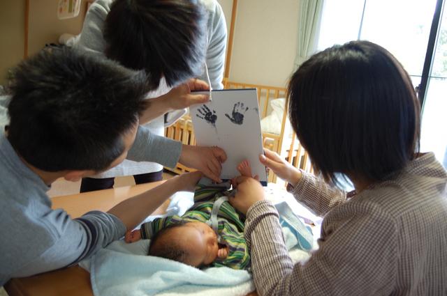 手形をとる親子,出産祝い,男の子,