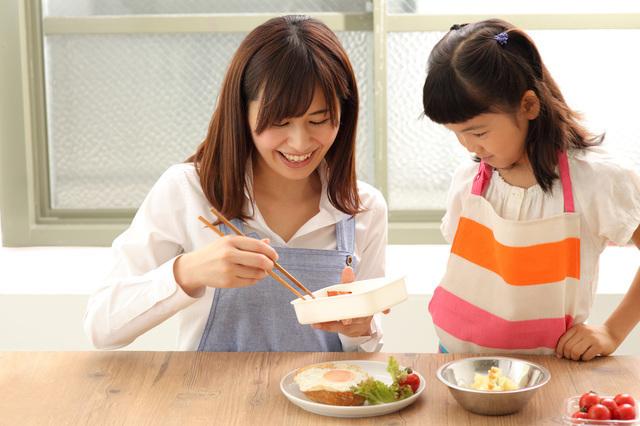 お弁当を詰める親子,お弁当,丼,