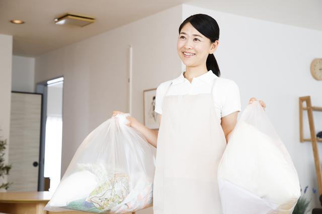ゴミを処分する主婦,子供服,収納,