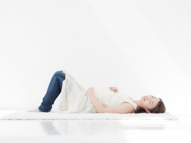 横になる妊婦,妊娠,尿漏れ,