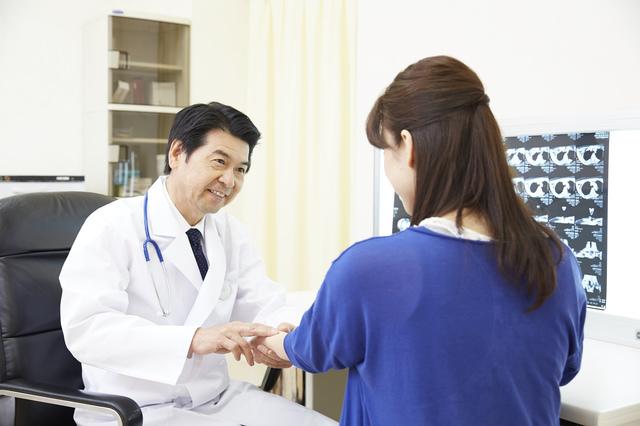 診察を受ける女性,産後,腹痛,