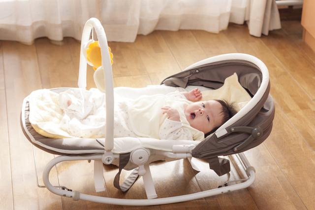 バウンサーに乗る赤ちゃん,ハイローチェア,