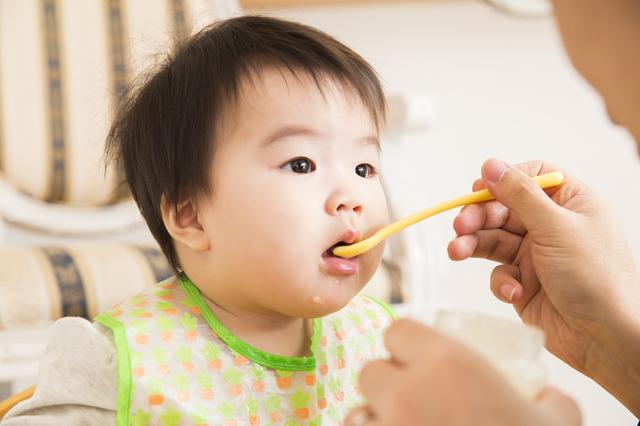 食事中の赤ちゃん,離乳食,中期,トマト