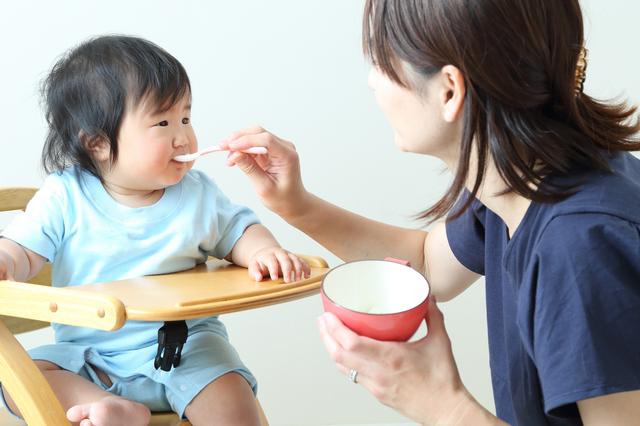 離乳食を食べる8ヶ月の女の子,離乳食,オムライス,
