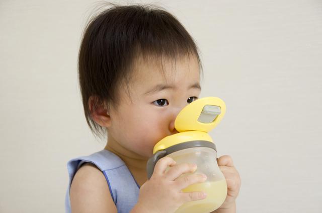マグを飲む子ども,フォローアップミルク,