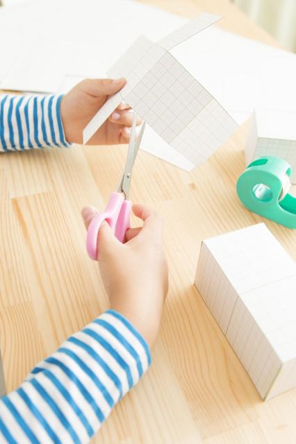 紙工作をしている子どもの手,ノージーのひらめき工房,歌,