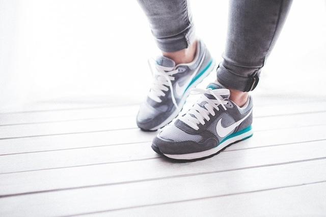 運動靴の女性,子育て,ダイエット,