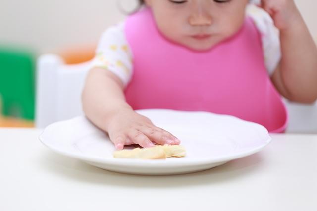 手づかみ食べする赤ちゃん,離乳食,手づかみ,