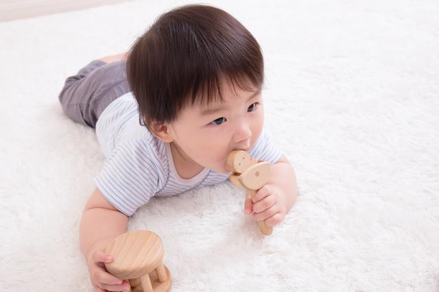 おもちゃをなめる赤ちゃん,離乳食,手づかみ,
