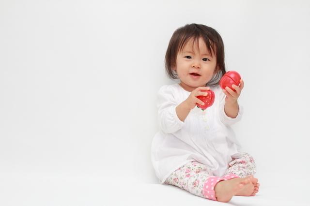 1歳のおもちゃで遊ぶ女の子,おもちゃ,1歳,