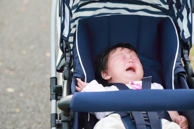 ベビーカーでぐずる赤ちゃん,ベビーカー,おもちゃ,
