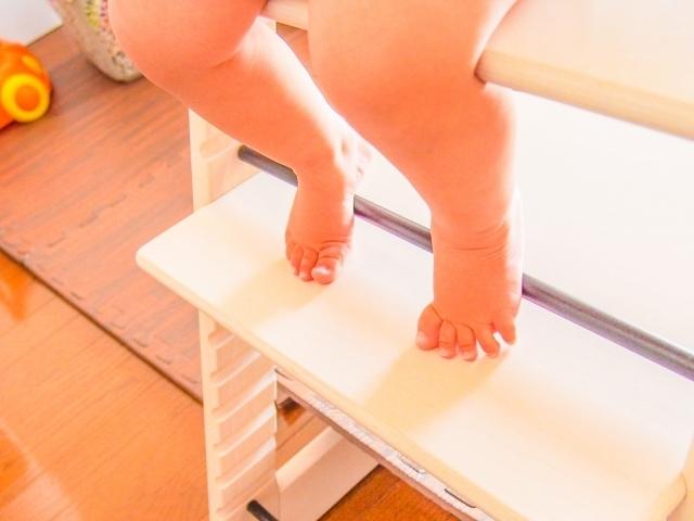 赤ちゃんの足,離乳食,椅子,