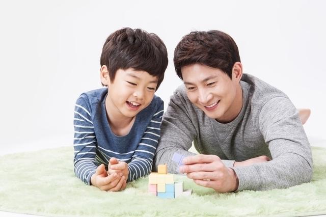 パパと遊ぶ男の子,6歳,男の子,プレゼント