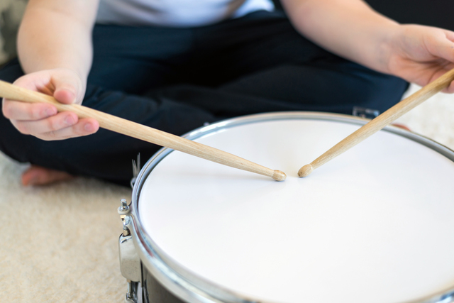 ドラムを叩く少年,おもちゃ,楽器,