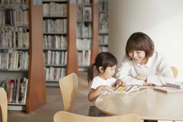 図書館で絵本を読む親子,絵本,読み聞かせ,アプリ