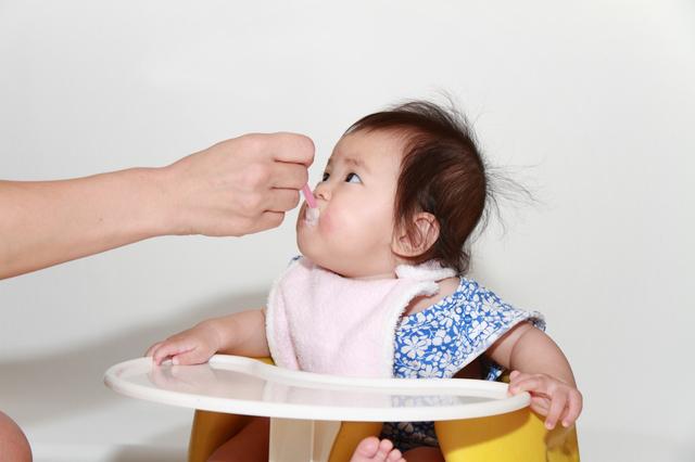 離乳食を食べる赤ちゃん,離乳食,ブロッコリー,