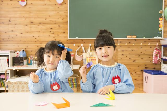 折り紙をする園児,手作り, メダル,