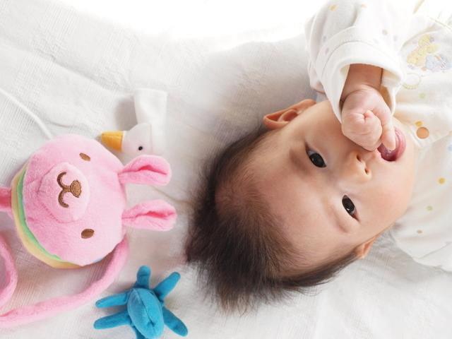 ベビーベッドの赤ちゃんと上の子,二人目 ,出産,必需品