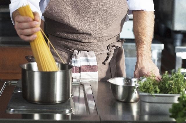 麺をゆでる男性,お弁当,麺,