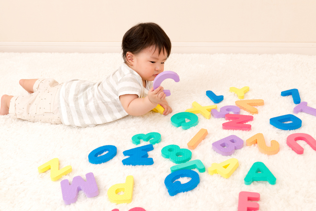 アルファベットのおもちゃで遊ぶ赤ちゃん,絵本,おすすめ,0歳