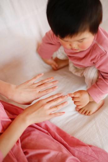 ママの爪を触る子ども,簡単,ネイル,