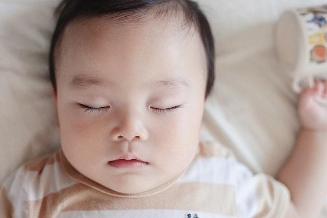 色白の赤ちゃん,新生児,寝かしつけ,